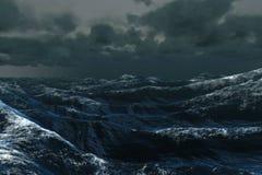 Oceano azul áspero sob o céu escuro fotografia de stock
