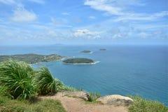 Oceano azul agradável dos azul-céu e curso natural Phuket Tailândia Ásia Fotos de Stock