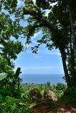 Oceano azul agradável dos azul-céu e curso natural Phuket Tailândia Ásia Fotos de Stock Royalty Free