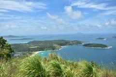 Oceano azul agradável dos azul-céu e curso natural Phuket Tailândia Ásia Imagens de Stock Royalty Free