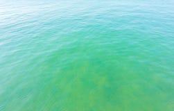 Oceano azul calmo do mar imagem de stock