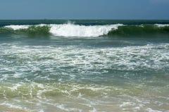 Oceano azul com as ondas sob o céu Imagem de Stock