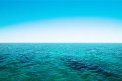 Oceano azul e céu azul fotografia de stock royalty free