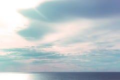 Oceano azul e fundo bonito da paisagem do céu | Seascape da natureza Imagem de Stock