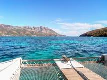Oceano azul e um iate Foto de Stock