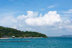 Oceano azul profundo e nuvens brancas Foto de Stock Royalty Free