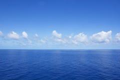 Oceano azul vibrante calmo Imagem de Stock Royalty Free