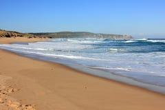 Oceano blu con le onde ricoperte bianco Immagine Stock
