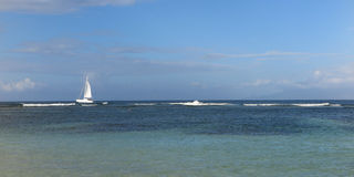 Oceano blu del mar Mediterraneo della bella della barca a vela vela di navigazione Fotografia Stock