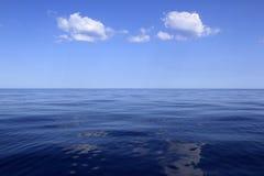Oceano blu di orizzonte di mare perfetto nella calma Immagine Stock Libera da Diritti