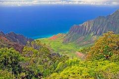 Oceano blu e la valle di Kalalau Fotografie Stock Libere da Diritti