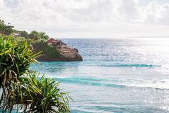 Oceano blu e una casetta sulla roccia Fotografia Stock Libera da Diritti