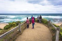 Oceano blu ed onde di schianto strada dell'oceano di Melbourne Australia dell'allerta della baia del castello alla grande Fotografie Stock