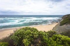 Oceano blu ed onde di schianto strada dell'oceano di Melbourne Australia dell'allerta della baia del castello alla grande Immagini Stock