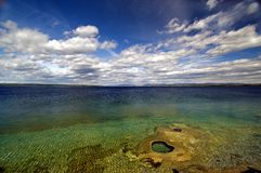 Oceano bonito com céus azuis Imagens de Stock Royalty Free