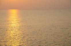 Oceano brillante nell'ambito del tramonto Fotografia Stock Libera da Diritti