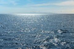 Oceano calmo con l'isola di Bali nell'alta qualità estrema del fondo immagini stock