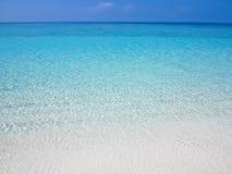 Oceano calmo e liso com ondinhas da água Foto de Stock
