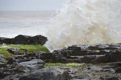Oceano che si rompe sulle rocce Fotografia Stock