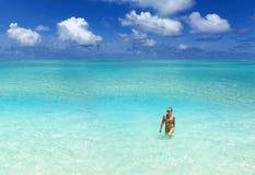 Oceano, cielo blu con le nuvole e una bella ragazza Immagini Stock