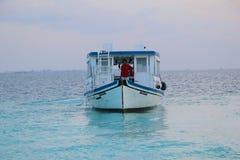 Oceano con la barca. Le Maldive Immagini Stock