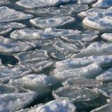 Oceano congelado - parte quebrada de gelo na água do mar Fotografia de Stock