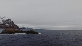 oceano da beleza de 4K UHD e rochas aéreos da ilha de Lofaten video estoque