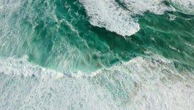Oceano da vista aérea com ondas fotografia de stock