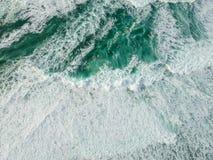 Oceano da vista aérea com ondas imagem de stock royalty free
