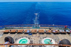 Oceano de South Pacific, Austrália - plataforma traseira do forro do cruzeiro de P&O fotos de stock