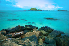 Oceano de turquesa com a rocha na praia fotografia de stock royalty free