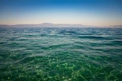 Oceano del mare calmo e fondo del cielo blu Fotografia Stock Libera da Diritti