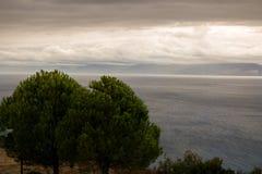 oceano del tempo di autunno un giorno nuvoloso immagini stock libere da diritti