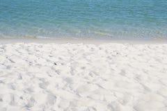Oceano del turchese e una spiaggia di sabbia bianca Fotografie Stock Libere da Diritti