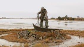 Oceano della baia di Statue Pan del pescatore nell'inverno stock footage