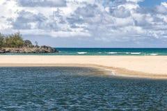 Oceano della sabbia dello stagno e nuvole di marea Hawai Fotografie Stock Libere da Diritti