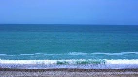Oceano della spiaggia di marea dell'onda della spiaggia della costa di Mar Nero stock footage