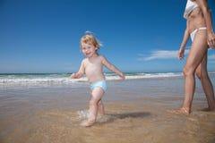 Oceano di camminata del bambino felice con la mamma Immagine Stock Libera da Diritti