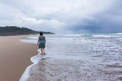 Oceano di camminata della spiaggia della donna Fotografia Stock