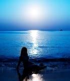 Oceano di notte con la luna e la riflessione di luce della luna Fotografia Stock Libera da Diritti