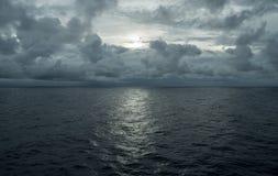 Oceano di sogno blu profondo nuvoloso immagini stock libere da diritti