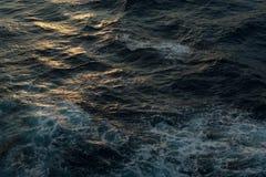 oceano di sogno blu profondo nuvoloso nero fotografia stock