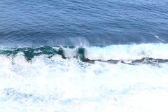 Oceano di zampillo blu Le onde della forma dell'oceano molta schiuma bianca fotografie stock