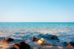 Oceano do mar calmo com pedra da rocha imagens de stock royalty free