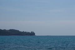 Oceano do mar calmo e céu azul Fotos de Stock Royalty Free