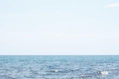 Oceano do mar calmo e céu azul Fotos de Stock