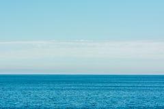 Oceano do mar e céu azul Imagem de Stock