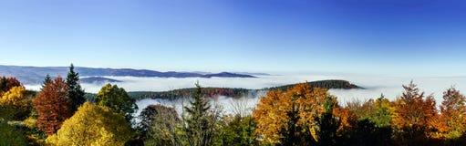 Oceano do movimento da névoa sob a câmera Grande nuble sobre Alsácia Vista panorâmica da parte superior da montanha Imagens de Stock Royalty Free