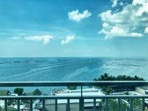 Oceano do summerhouse do bungalow da vila da casa de campo da opinião da costa da costa da costa da praia do beira-mar do céu do  fotografia de stock
