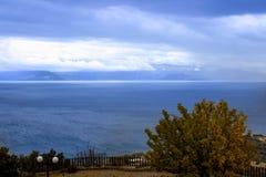 oceano do tempo do outono em um dia nebuloso fotos de stock